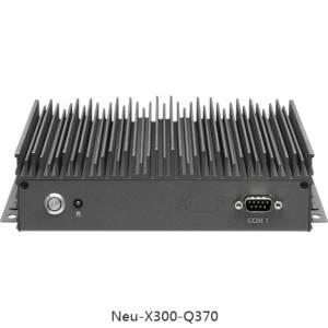 Neu-X300-Q370 Безвентиляторный встраиваемый компьютер с поддержкой 8го поколения intel i3/i5/i7, сокет 1151, чипсет Q370, до 32GB SO-DIMM DDR4, M.2 2280 SSD,TPM2.0, 3xHDMI, 2xGbE LAN, 1xCOM, 4xUSB 3.0, M.2 2230 PCIe, 12V DC с внешним адаптером питания